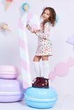 Joli bouclé blond foncé modèle de petite mode mignonne de bébé Photo libre de droits