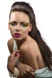 Joli brunette avec le renivellement fait varier le pas Photos stock
