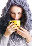 Joli brunette avec une cuvette de thé chaud Image libre de droits