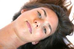 Joli brunette se couchant photographie stock libre de droits