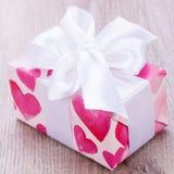 Joli cadeau de valentines avec des coeurs sur le giftwrap Photographie stock libre de droits