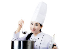 Joli chef goûtant une soupe sur le studio Photographie stock libre de droits
