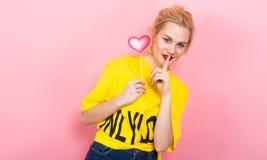 Joli coeur de rose de signe d'amour de prise de femme sur le bâton Photo stock