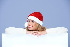 Joli conseil de Santa Woman Smiling Over White Photographie stock libre de droits
