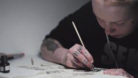 Joli dessin punk tatoué de femme d'artiste au bureau dans la lumière de lampe clips vidéos