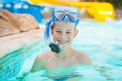 Joli enfant dans la piscine photo libre de droits