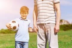 Joli enfant et son grand-père dans la nature Photographie stock libre de droits