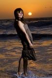 Joli femme à une plage Photos stock
