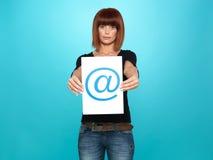 Joli femme affichant au signe Photos stock