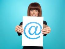 Joli femme affichant au signe Photo stock