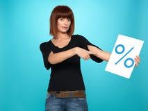 Joli femme affichant le signe de pour cent Images libres de droits