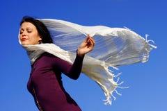 Joli femme appréciant le vent photographie stock libre de droits