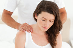 Joli femme appréciant un massage arrière Images stock