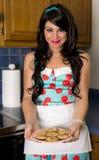 Joli femme avec des biscuits photo stock