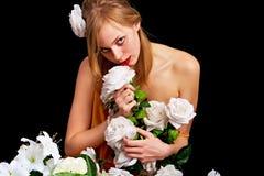 Joli femme avec des fleurs photos stock