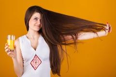Joli femme avec des oranges de cheveu droit et de jus photo libre de droits