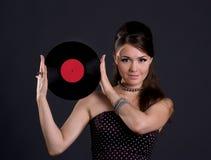 Joli femme avec l'enregistrement de phonographe photo libre de droits