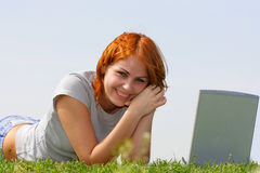 Joli femme avec l'ordinateur portatif Photo libre de droits