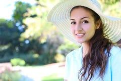 Joli femme avec le chapeau en stationnement Photographie stock
