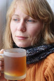 Joli femme avec le froid et cuvette de thé Images stock
