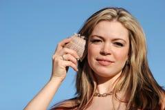 Joli femme avec le seashell images libres de droits