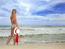 Joli femme bronzé souriant sur la plage dans un Biki Image stock