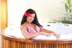 Joli femme détendant dans le jacuzzi Photos stock