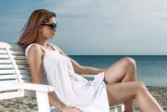 Joli femme détendant sur la plage images stock