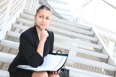 Joli femme d'affaires à l'immeuble de bureaux Photographie stock