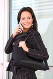 Joli femme d'affaires au téléphone images stock