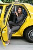 Joli femme d'affaires dans le taxi Photographie stock libre de droits