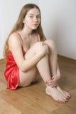 Joli femme dans la chemise de nuit rouge Photo stock
