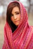Joli femme dans le châle rouge Photo stock
