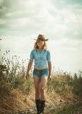 Joli femme dans le chapeau de cowboy Photos stock