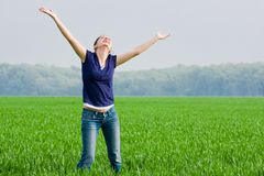 Joli femme dans le grassfield Photo stock