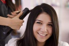 Joli femme dans un salon de cheveu Images libres de droits