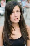 Joli femme de brunette dans la rue Photographie stock libre de droits