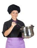 Joli femme de cuisinier avec le grand bac image libre de droits