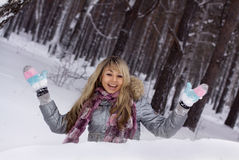 Joli femme de sourire en forêt de l'hiver photos libres de droits
