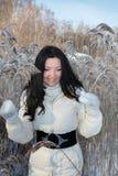 Joli femme en stationnement de l'hiver photos stock