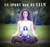 Joli femme faisant des exercices de yoga photos stock