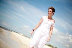 Joli femme marchant la plage Photos libres de droits