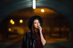 Joli femme marchant sur la rue Photos stock