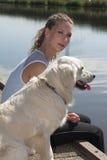 Joli femme par le bord de l'eau Image libre de droits