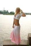 Joli femme posant au remblai Image stock