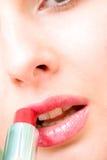 Joli femme sensuel appliquant des produits de beauté Image stock