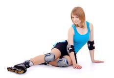Joli femme sur des patins de rouleau Photographie stock
