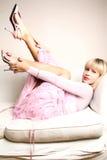 Joli femme sur le sofa Photos libres de droits