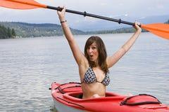 Joli femme sur un kayak Images stock