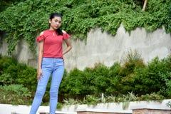 Joli Filipina Teen Girl Standing photo libre de droits